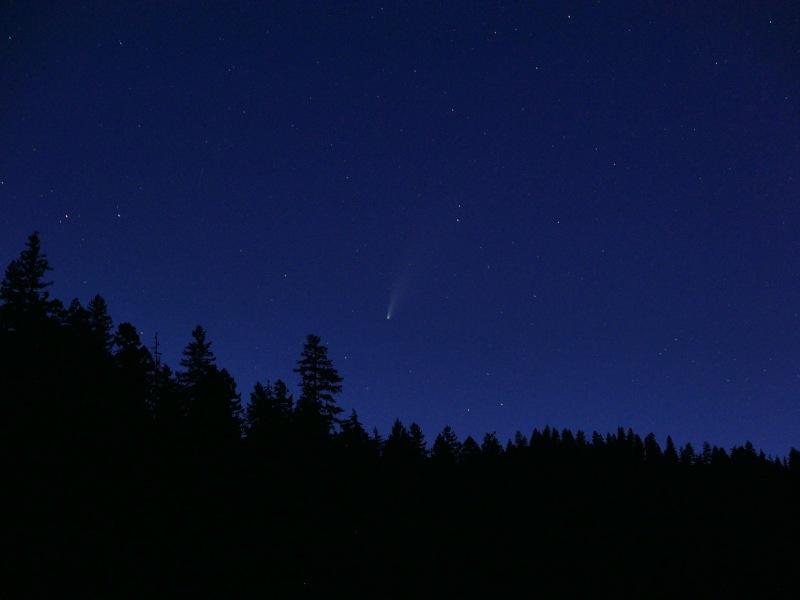 Comet and stars in northwestern sky